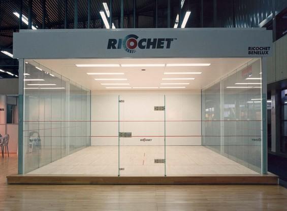 Welkom bij ricochet ricochet is de dynamische high tech racketsport - Glazen ingang ...